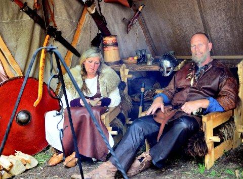 Borrehøvding Bjørn Erik Frigaard kan nå lene seg tilbake og nyte vikingmarkedet. Slik en ekte høvding gjør. Kona Heidi Frigaard bedriver håndarbeid.