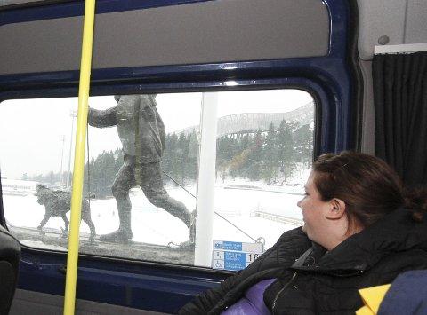 Innpå kongen: Eva Katarina Sjöstedt får nærkontakt med statuen av kong Olav.