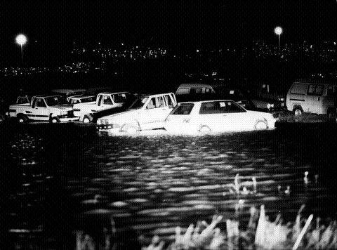 På bilhavna på Holmen fløt nye biler rundt omkring. Rundt 2000 biler fikk vannskader.