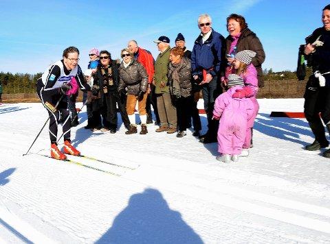 Bjørnar Hynne blir heiet fram i Storås.  Foto: Kurt André Høyessen