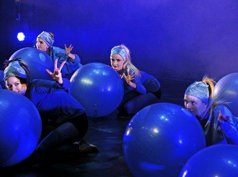 ARTIGE GREP: Med et flust av farger, artige rekvisitter og engasjerende dans skapte Studio75 en livlig fremføring av «Charlie og sjokoladefabrikken».Alle foto: Geir Carlsson