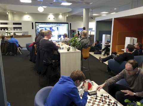 SJAKKDAG: 30 sjakkentusiaster samlet seg for å følge et av Carlsens partier i lokalene til Sparebanken Hedmark. I stille perioder på brettet på storskjermen, var det bare for de oppmøtte å ta et parti lynsjakk.