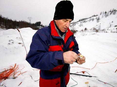 Walter Frei gjør klar sprengstoffet som ble brukt under helgens tester i Svelvikryggen.