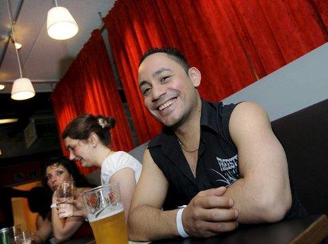 INSTRUKTØREN: Jazzy Ruiz reiser verden rundt for å holde salsakurs. Hans filosofi er at alle kan danse salsa.