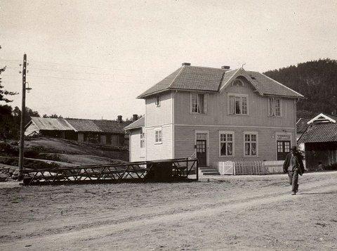 FRELSESARMEEN: Slik så det første huset til Fresesarmeen ut. Det ble reist i 1912 og senere ble det bygget inn og om slik mange husker det før det ble revet i 2008 til fordel for Trudvang-komplekset.