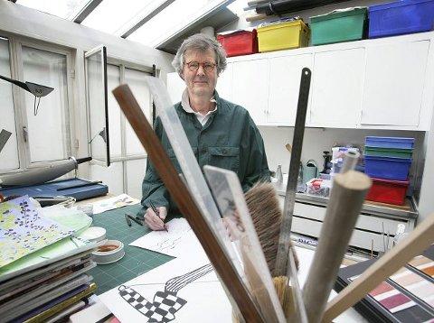 HJEMME HOS. Per Spooks strek er fremdeles lett gjenkjennelig. Og han tegner klær som aldri før hjemme i leiligheten i Paris. FOTO: NIKOLAI JAKOBSEN