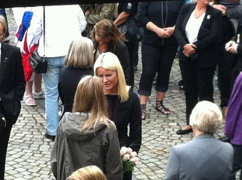 Kronprinsesse Mette-Marit deltar på minnemarkeringen i Hokksund.