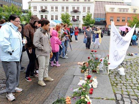 Tre kvarter før fakkeltoget hadde allerede flere hundre med fakler og blomster samlet seg på Torget for å delta i arrangementet. Foto: Olaf Akselsen