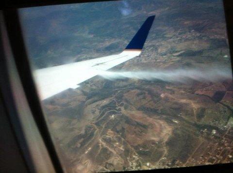 Dette bildet la Mads Østberg ut på Twitter etter flydramaet i natt. På bildet ser man lekkasjen av drivstoff ved flyvingen.