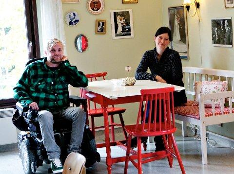 Ola Refsnes og Katrin Schauer satser på kongebilder og brukte leker i kafélokalene til Paulus sykehjem.