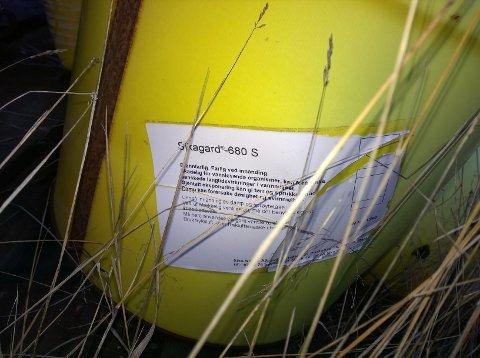 Tønnene er merket med at innholdet er skadelig for vannlevende organismer. Petroleum er hovedkomponenten i den løsemiddelholdige malingen.