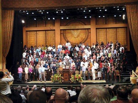 LITT AV KONFERANSEKORET:En tredel av konferansekoret. Brooklyn Tabernacle rommer ca 4000 mennesker og har tre fullsatte gudstjenester hver søndag. Konferansekoret ble derfor fordelt på de tre gudstjenestene.