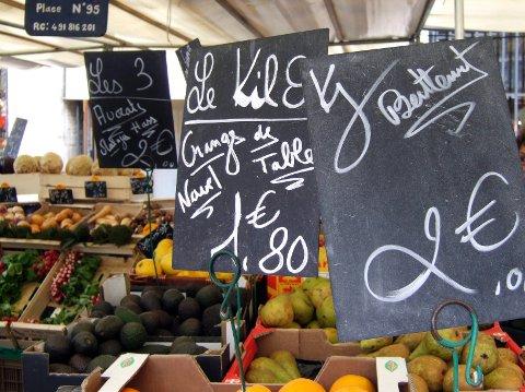 På Marché d'Aligre er det tett mellom de karakteristiske prisskiltene.