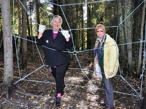 Edderkoppnettet: Biskop Solveig Fiske og prost Gerd Th Christensen stilte velvillig opp for å teste edderkoppnettet som var en av aktivitetene for konfirmantene lørdag.