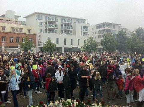 Anslagsvis var minst ti tusen mennesker samlet til markeringen på Torget og i bygatene mandag ettermiddag. Foto: flemmin Hofmann Tveitan