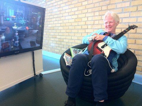 SPILLKLAR: Bibliotekar Wenche Hagelid tar gjerne en runde Lego Harry Potter i XBOX-kroken på Lambertseter bibliotek.