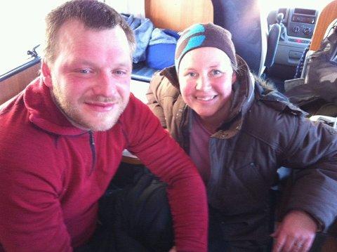 Bildet er tatt like etter at handlersøster Sigrunn Rinde fra Kodal har vekt Magne Storstein etter to timers søvn i Varangerbotn. Foto: Privat