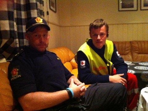 Politibetjent Erling Vanvik og Kjell Olav Bjørnerud, leder av Karmøy Røde Kors.