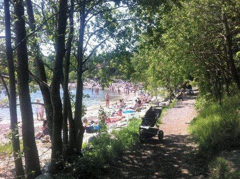 Rikt folkeliv på Skjellvika, her på årets varmeste dag i mai i år. Søndag for en uke siden var det også mange på denne stranda, på sommerens varmeste dag med over 26 grader.