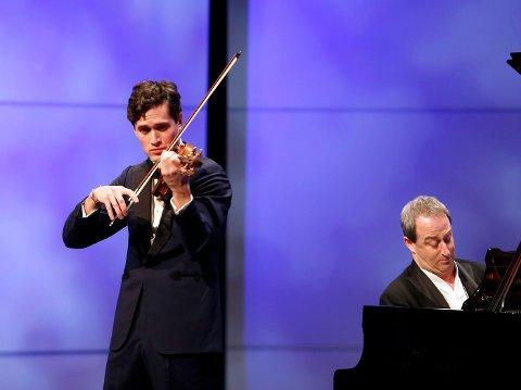 PUBLIKUMSMAGNET: Det var helt utsolgt da fiolinist Charlie Siem gjestet Bærum Kulturhus søndag kveld. FOTO: TORE GURIBY