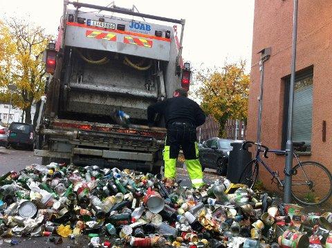 Det var kanskje festlig da brus og andre drikkevarer ble konsumert, men ikke da de tomme glassflaskene her veltet ut av søppelbilen sammen med metallavfallet.
