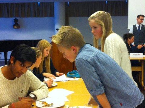Kristin Roald og Anand Prashar fra Nordbytun og Halfdan Søndergaard Holm og Lars Ingar Tutturen (bak) fra Ås ungdomsskole prøver å få støtte for sitt forslag fra Samuel Gray og Marthe Lundquist fra Rustad.