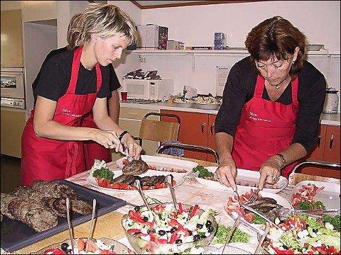 Gourmetmat: Bente Skålnes og Berit Knutsen serverer hjortekarbonader med gresk salat.