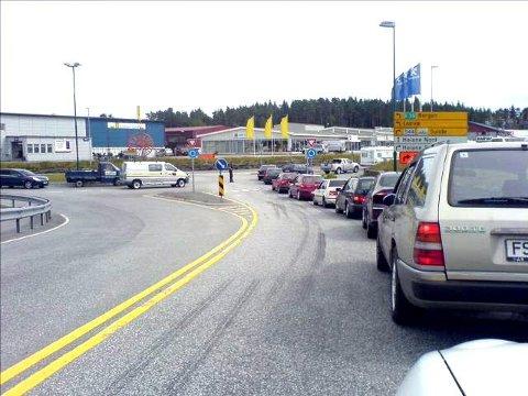 Fredag sto biler i ferjekø fra Skjersholmane og langt opp på E 39 ved Heiane. Men en hastig tvillingfødende dame ble vinket fram.