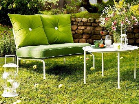 GRØNT ER SKJØNT: De nye hagemøblene fra IKEA er flotte blikkfang. Toseteren Roxö i stål koster kr 1250 inkludert puter. (Foto: IKEA)