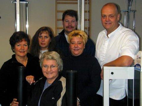 Evelyn Våtvik, Erna Grimstad, Joran Langvik, Merethe Angell-Jacobsen og Jostein Ørebech har vært på behandlingsreise i Thailand sammen med manuell terapeut Bent Brask.