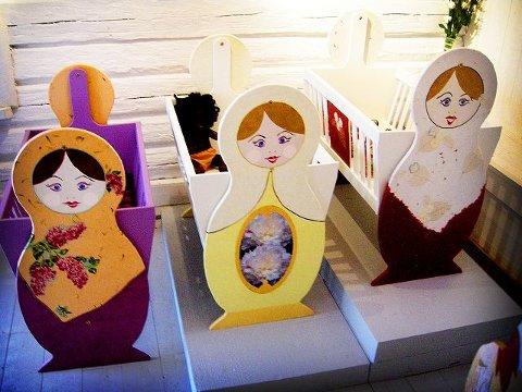 En  annerledes barnevugge  Kunstner Diane Haft har laget disse barnevuggene som vises frem i Galleri Stallen. Foto: Marthe Nøklebye Dehli