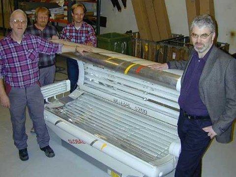 <b>Ny solseng.</b> Det er store forventninger til den nye solsengen som kommer i produksjon med det første. Fra v.: Terje Lauritzen, Knut Larsen, Viggo Holtan og daglig leder Gunnar Helgerud. (Foto: Tore Øen)