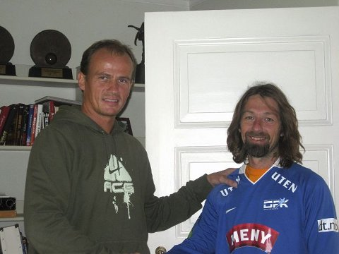 Drammen Fotballklubbs assistenttrener Jarle Finnestrand (t.v.) har vært kompis med Erik Mykland i mange år. Nå håper han at Myggen kan hjelpe klubben til å overleve i 2. divisjon.