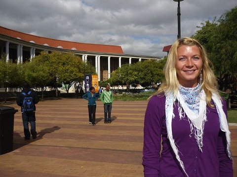"""SØR-AFRIKA: Drøbaksjenta Elin Tandberg tilbyr terapitimer til sørafrikanske studenter ved The University of Western Cape. Her utenfor """"student service""""-bygget på universitetsområdet."""