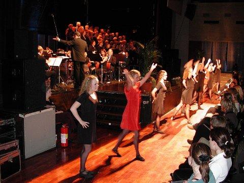NYTTÅRSKONSERT: Dansere fra Follo folkehøgskole danser riverdance foran en fullsatt sal under nyttårskonserten i går kveld. KOR: Christian Killengreen dirigerer sangere fra Vestby og Ås.