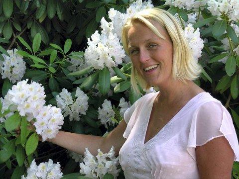 GAVE: Cecilie Nesstrand gir venninnene en unik bryllupssang i gave når de gifter seg i sommer. Kanskje blir den sunget i flere bryllup i sommer?