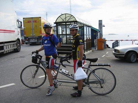 TØFFINGER: Alf Wilhelmsen fra Sarpsborg og Bedir Yiyit fra Våler har syklet landet på langs. (Foto: privat)
