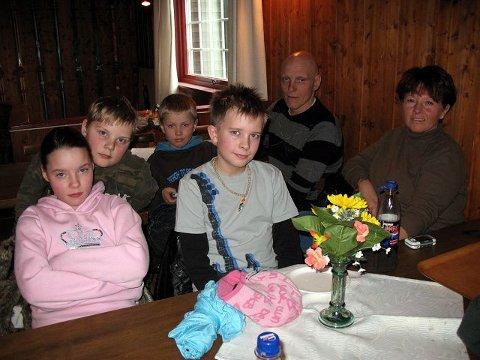 Therese Fosse (12), (f.v.) Kristian Aas (11), Patrik Frøhaug (11), Philip Stabekk (8) nøt levende musikk på Skihytta.