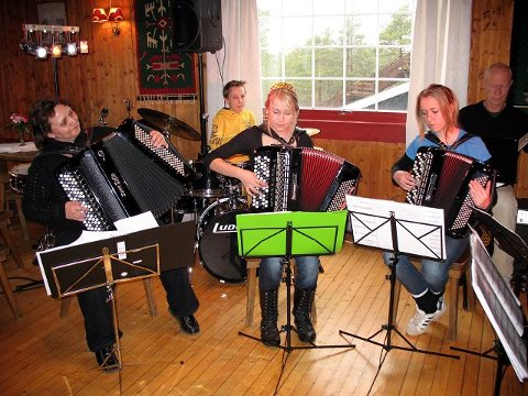 spilte opp Moss Trekkspillband bidro med polkaer, tango og samba.