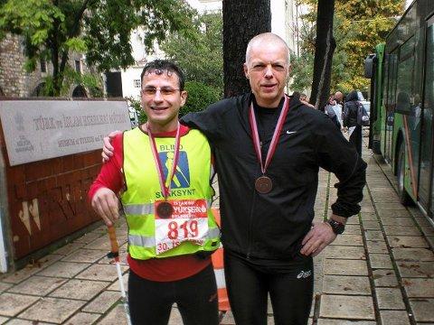 Bedir Yiyit løp Istanbul Maraton på tre timer og 55 minutter og var også godt fornøyd med ledsager Rune Holtze Jensen (til høyre).