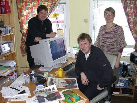 FAMILIEBEDRIFT: På desken i Østerdølen. Fra venstre: Terje Kværnes, redaktør Njål Kværnes og journalist Mari Kværnes.<I>Foto: Per Ivar Strømsmoen</I>