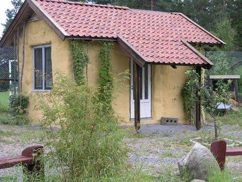 HUS I HAGEN: Hyggelig lite hagebrukshus i halmballkonstruksjon, Maridalen i Oslo. (Foto: Norsk Jord-og halmbyggerforening)