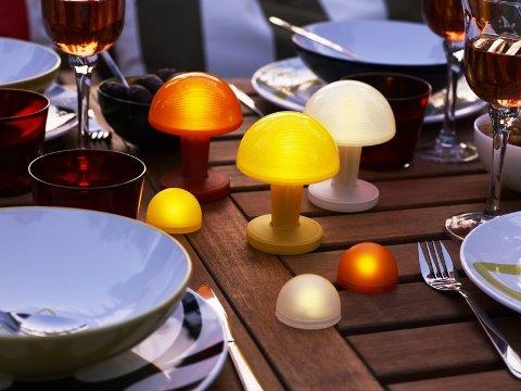 SOPPFEST: Istedenfor de evinnelige telysene på bordet, hva med noen fargerike batteridrevne sopplys fra Ikeas Solig-serie? (kr. 29/39, - per stykk) (Foto: Ikea)