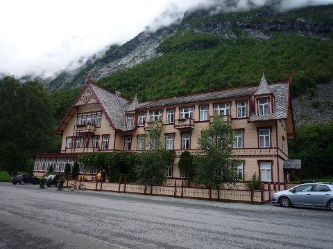Hotel Union Øye ved Hjørundfjorden i Møre og Romsdal åpnet i 1891, og har hatt mange celebre gjester. En offiser i Keiser Vilhelm II av Tysklands følge skal være skyld i at «Linda» har hulket og grått på hotellet helt siden slutten av 1800-tallet.