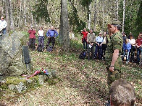 8. mai hvert år arrangerer Oscarsborg festning og Drøbak Frogn Forsvarsforening minnetur til Håøya og retterstedet. På bildet ser vi kommandant Øivind Sjuls i giv akt foran minnesteinen. FOTO: DAGFINN DANIELSEN