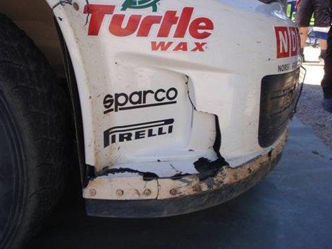 En sprekk i høyre del av framfangeren er eneste skade på bilen gjennom hele løpet.