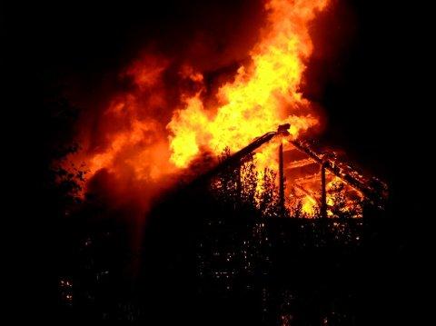Den gamle stasjonen på Greåker brant ned til grunnen i natt.