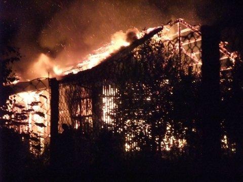 Stasjonen var overtent da brannvesen og politi ankom Greåker i natt.