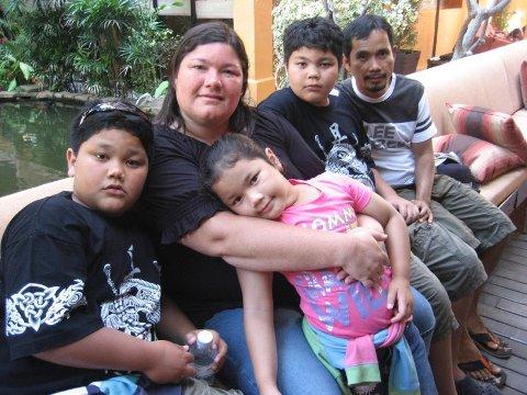 Daniel (11), mamma Heidi, Tabitha (8) og Jonas (12) savner familiefaren Roberto Enconado. Mor og de tre barna har nylig flyttet fra Filippinene til Drammen og venter på at Roberto skal komme etter. Men trebarnsfaren fra Filippinene får ikke oppholdstillatelse. Årsak: Heidis misjonærlønn var for lav i fjor.