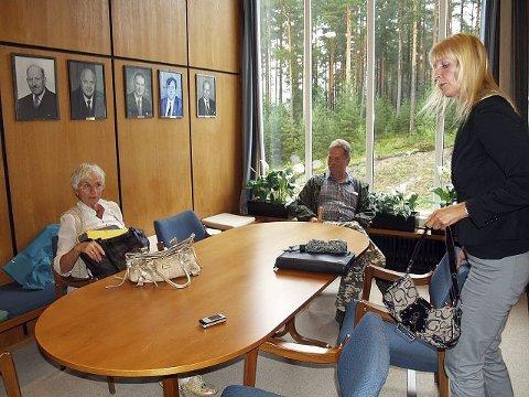 Naboene Synnøve Sætha (f.v.) Per Olav Kaarstein og Brit Agnes Sværi er forundret over ordførerens tilstedeværelse og like det dårlig.